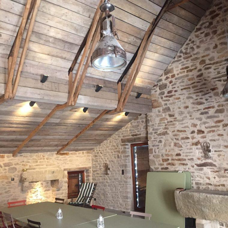 sous pente de toit, bois d'échafaudage brut